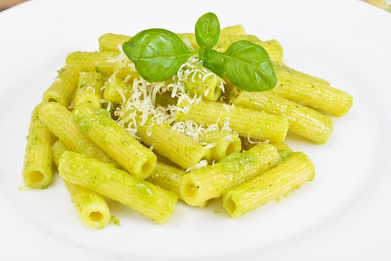 Penne Pasta com Pesto e Basil Sauce imagens de stock