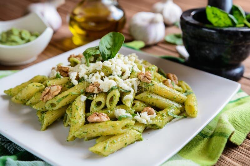 Penne pasta med den spenatpesto, valnötter och mozzarellaen arkivfoto