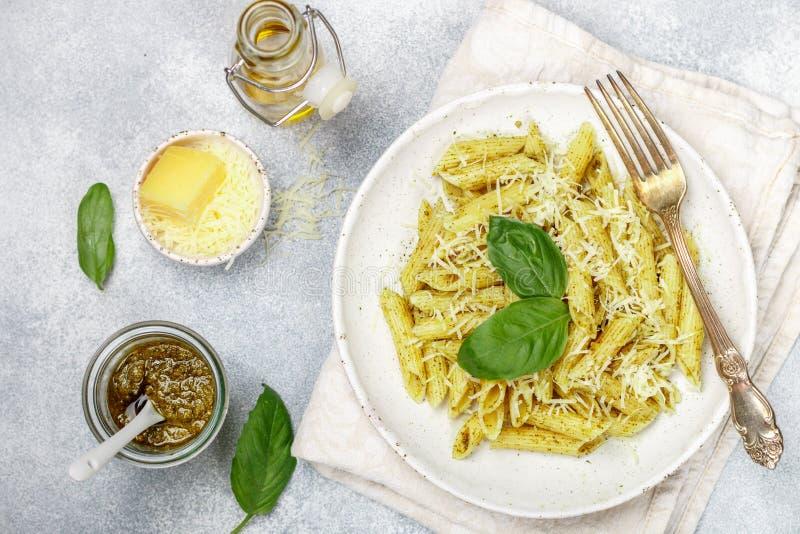 Penne pasta med pestosås, parmesanost, olivolja och basilika royaltyfria foton