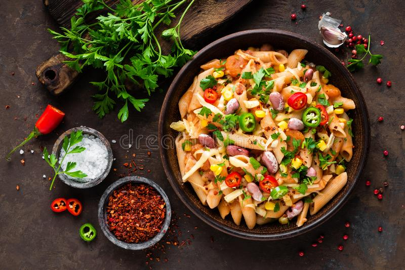 Penne picante boloñés de las pastas con las verduras, las habas, el chile y el queso en salsa de tomate fotografía de archivo