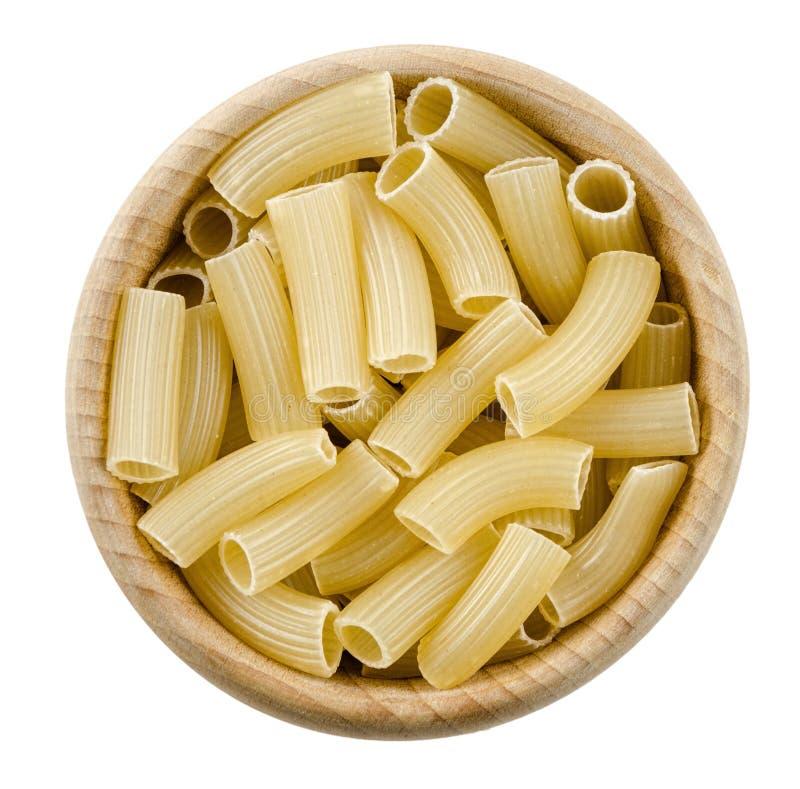 Penne rigate deegwaren in houten kom Ongekookt droog durumtarwegriesmeel royalty-vrije stock afbeeldingen