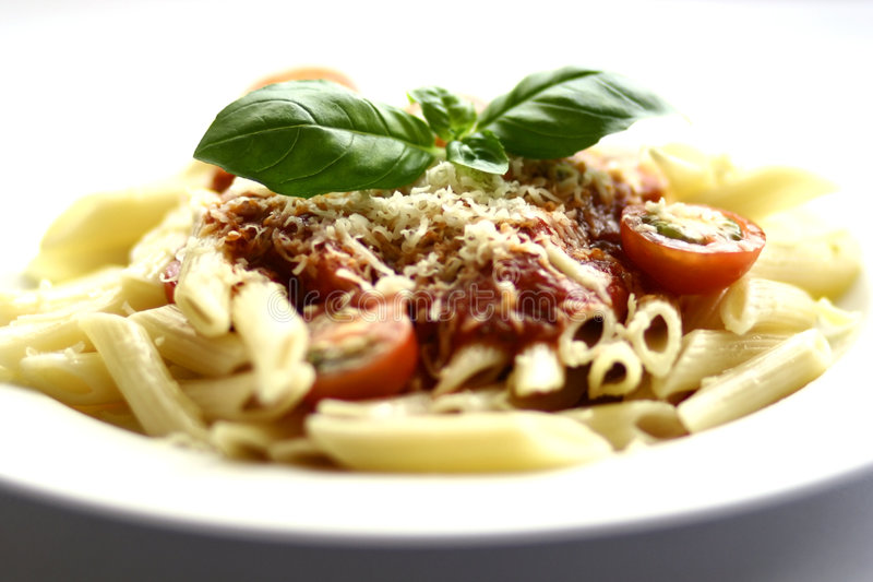 Penne Teigwaren mit Tomatensauce lizenzfreies stockbild
