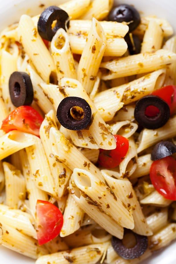 Penne z czereśniowymi pomidorami i czarnymi oliwkami obraz royalty free