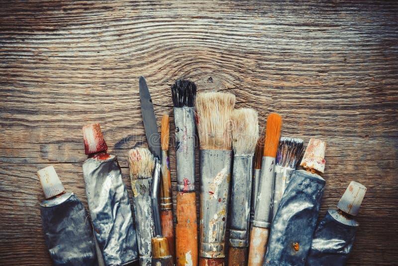 Pennelli dell'artista, tubi della pittura e primo piano del mestichino fotografia stock libera da diritti