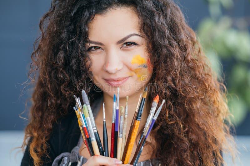 Pennelli essenziali degli strumenti dell'artista professionista immagini stock libere da diritti