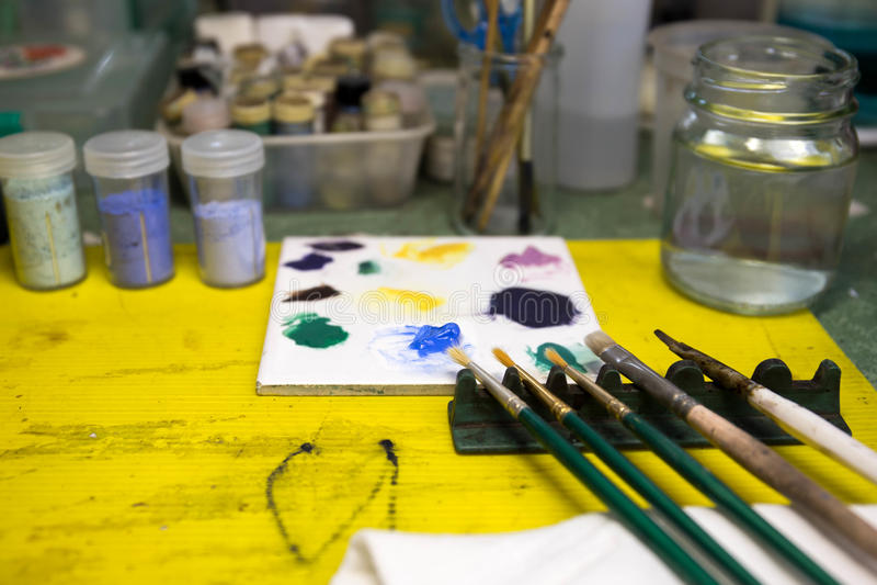 Pennelli selezionati del fuoco e colore blu sulla tavolozza con pittura immagine stock libera da diritti