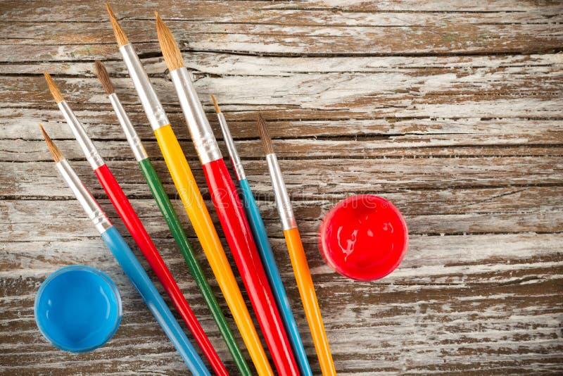 Pennelli su fondo di legno, utensili speciali per la p creativa immagine stock