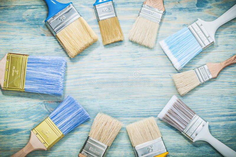 Pennelli sul concetto della costruzione del bordo di legno fotografia stock