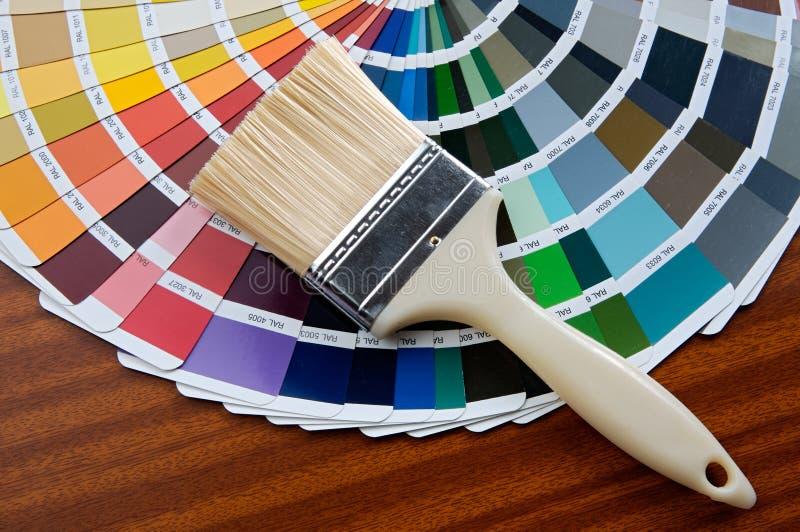 Pennello con la scheda dei colori fotografia stock libera da diritti