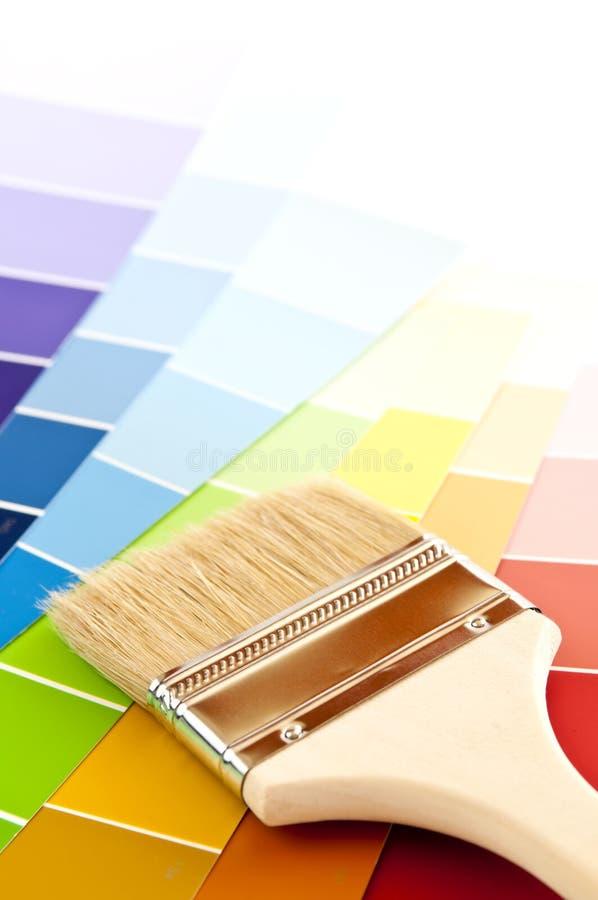 Pennello con le schede di colore fotografia stock