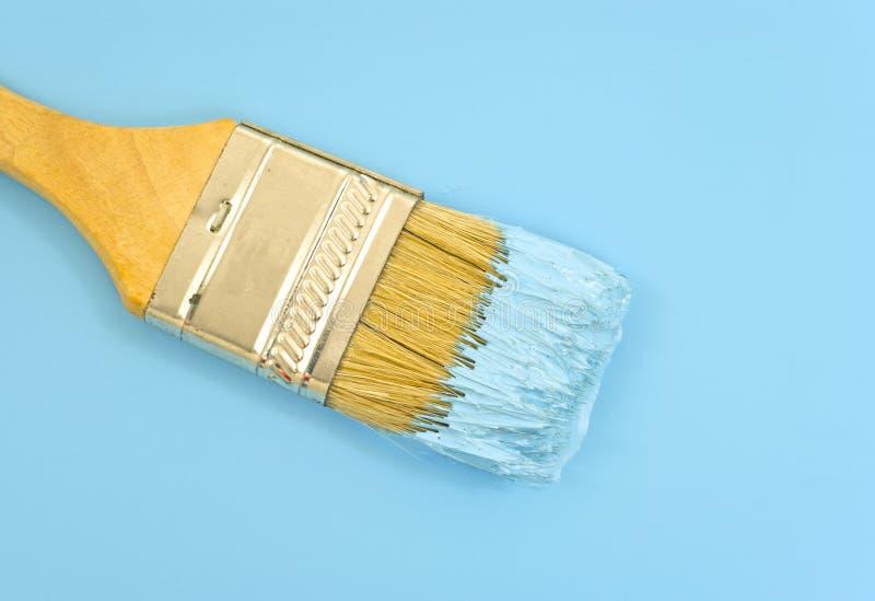 Pennello con vernice blu immagini stock libere da diritti