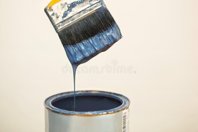 Pennello dopo la immersione nel secchio della pittura immagine stock