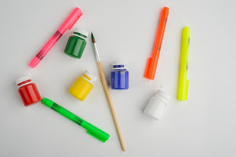Pennor, målarfärg och borste fotografering för bildbyråer