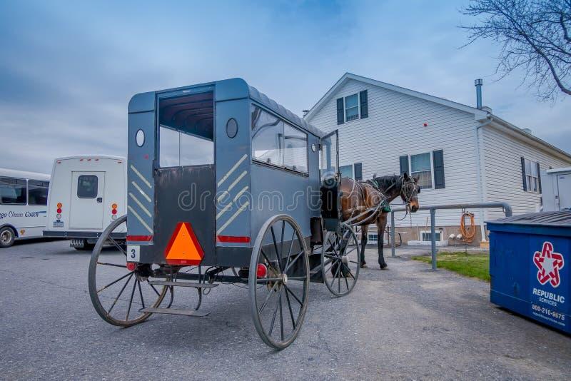 Pennsylwania, usa, KWIECIEŃ, 18, 2018: Widok plecy Amish powozik z koniem parkującym w gospodarstwie rolnym zdjęcia royalty free