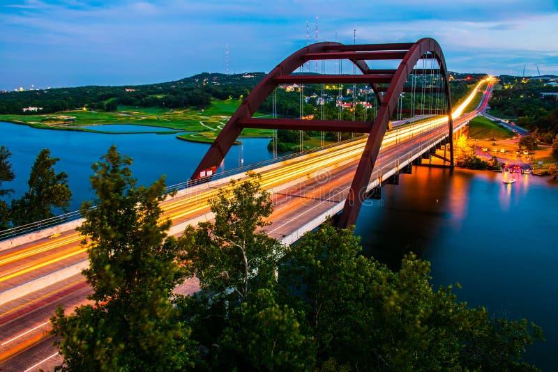 Pennybacker桥梁360高速公路五颜六色的生动的夏天科罗拉多河 免版税库存图片