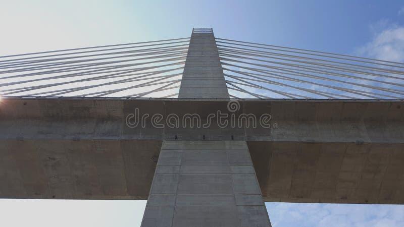 Penobscot在远景的诺克斯堡,缅因使桥梁狭窄 在西部塔顶部的观测所 在桥梁下的看法 免版税图库摄影