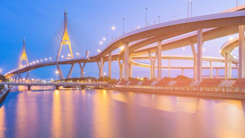 Penombra blu di notte sopra la parte anteriore del fiume del ponte sospeso immagine stock