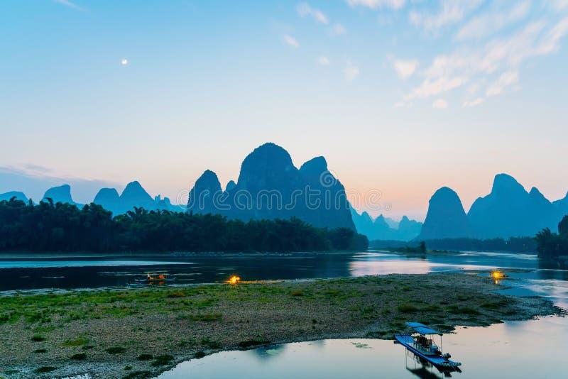 Penombra del paesaggio di Guilin Yangshuo il fiume Lijiang fotografie stock libere da diritti