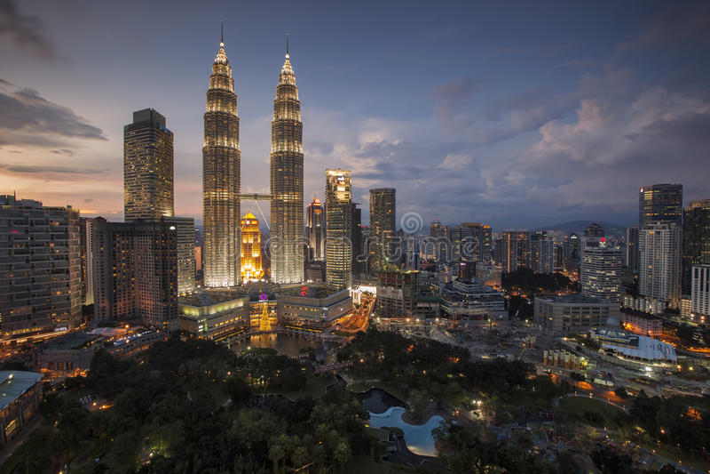 Penombra della torre gemella di Petronas durante l'ora blu, vista dall'hotel dei commercianti skybar fotografia stock