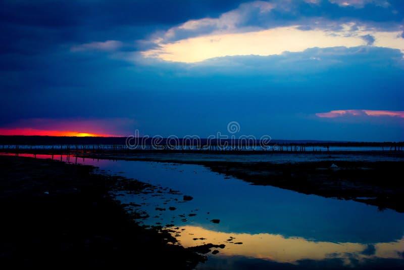penombra Riflessione del cielo nell'acqua fotografie stock