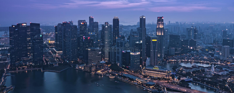 Penombra a Singapore CBD del centro Marina Bay Skyscrapers - risveglio della notte immagini stock libere da diritti