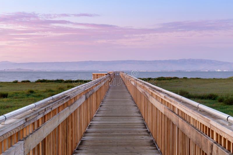 Penombra sopra il nuovo sentiero costiero alla prerogativa di natura di Baylands fotografia stock
