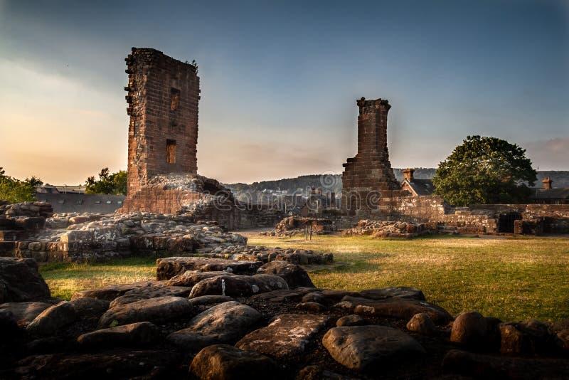 Penrith城堡废墟的难以置信的喜怒无常和艺术性的看法在日落的在Cumbria,英国 免版税库存照片