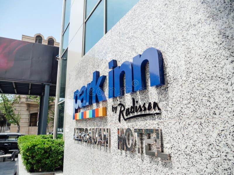 Pensão do parque pelo sinal de Radisson Baku Hotel imagem de stock royalty free