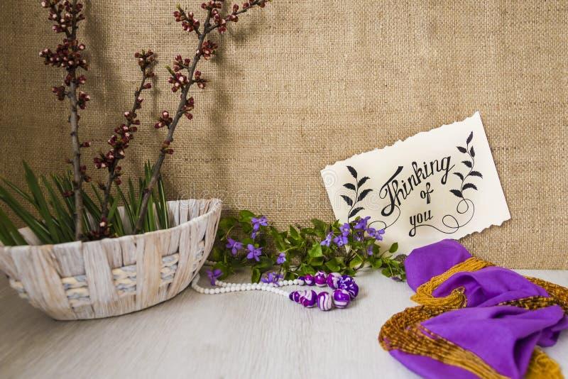 Pensée à vous - carte Fond avec des violettes photographie stock libre de droits