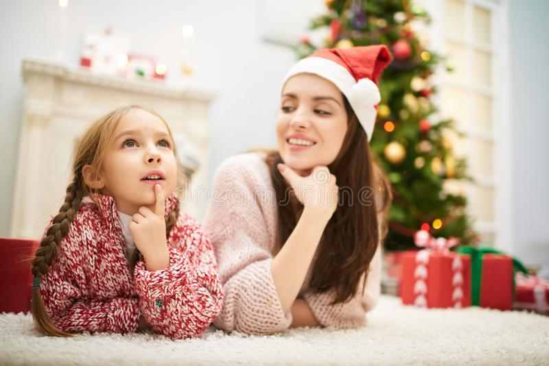 Pensée au-dessus de la lettre à Santa Claus photos libres de droits
