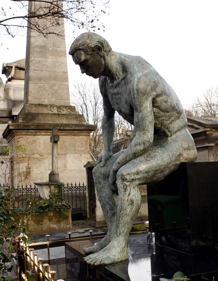 Pensador en el cementerio imagenes de archivo