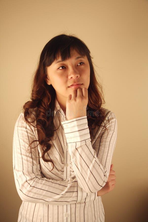 Pensamento asiático da mulher de negócios imagens de stock royalty free