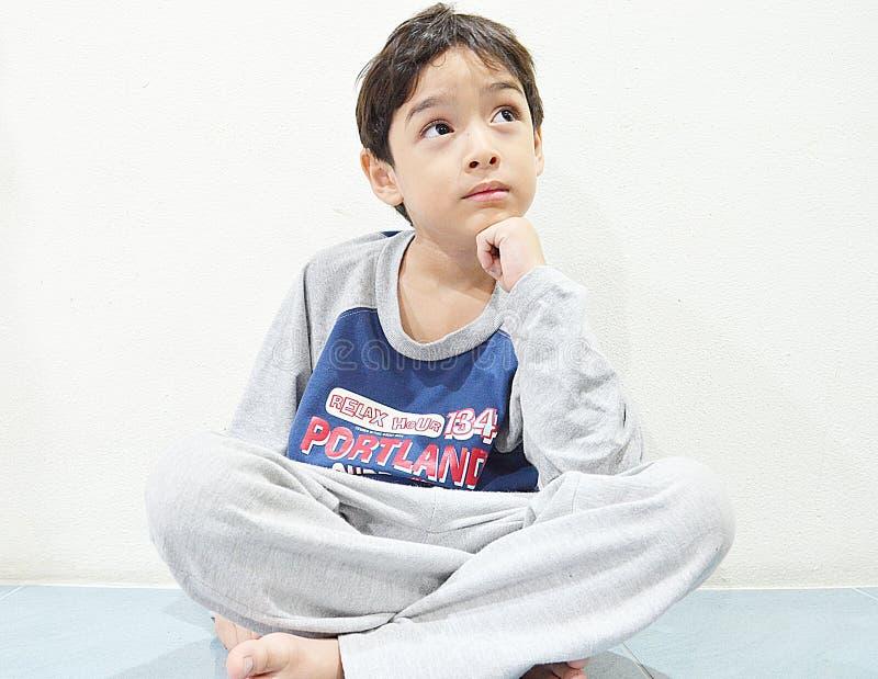 Pensamento asiático do menino foto de stock