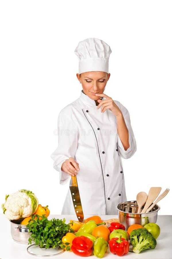 Pensamento atrativo novo do cozinheiro chefe da mulher. Variedade de vegetabl fresco fotografia de stock