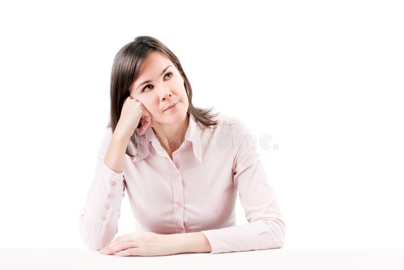 Pensamento bonito novo da mulher de negócio. fotografia de stock