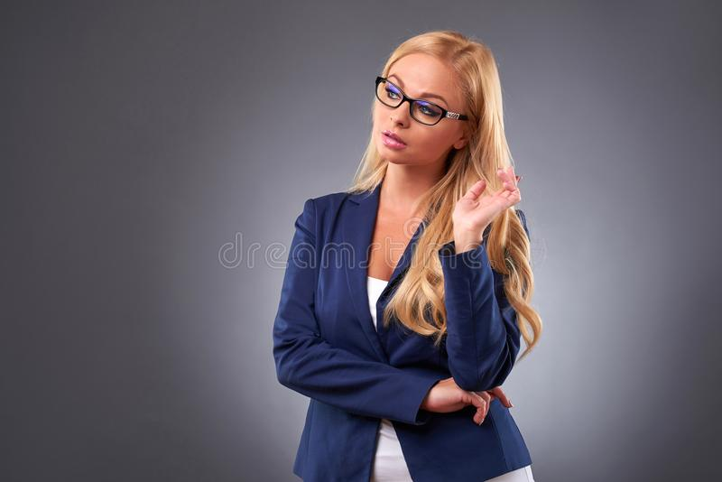 Pensamento da mulher nova imagem de stock