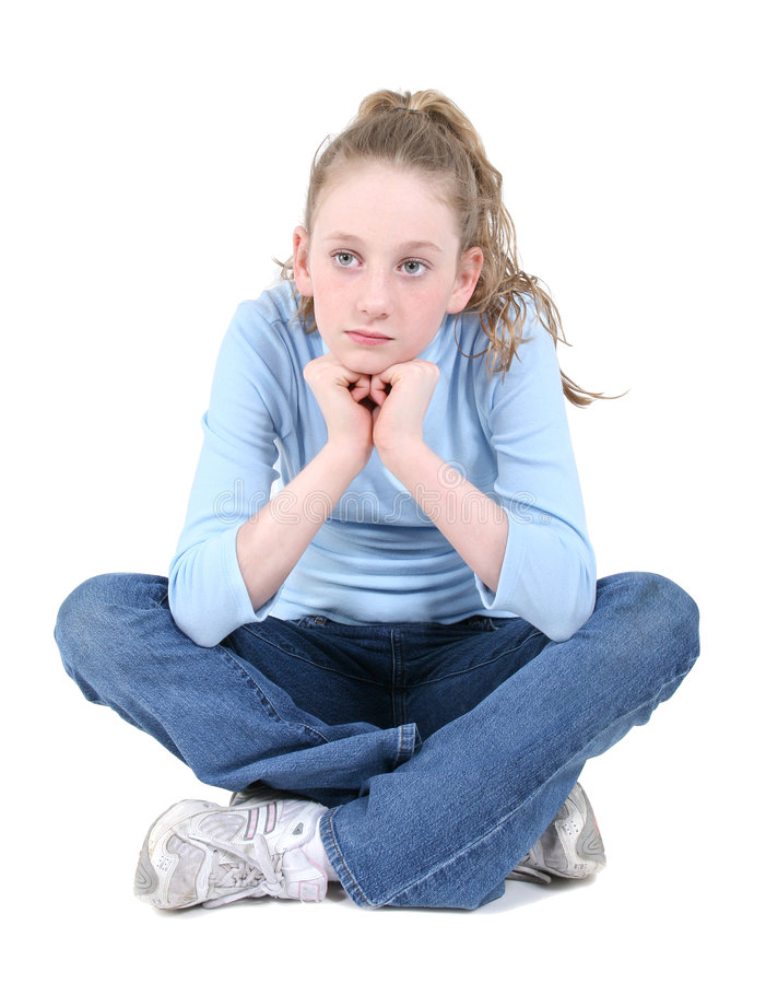 Pensamento de assento da menina adolescente bonita sobre o branco imagens de stock
