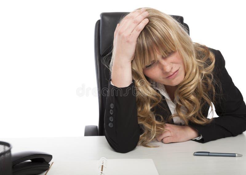 Pensamento de assento preocupado da mulher de negócios fotos de stock royalty free