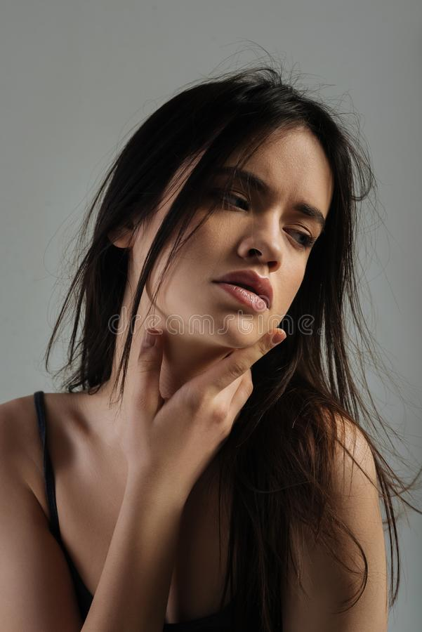Pensamento de cabelos compridos meditativo da jovem mulher fotos de stock