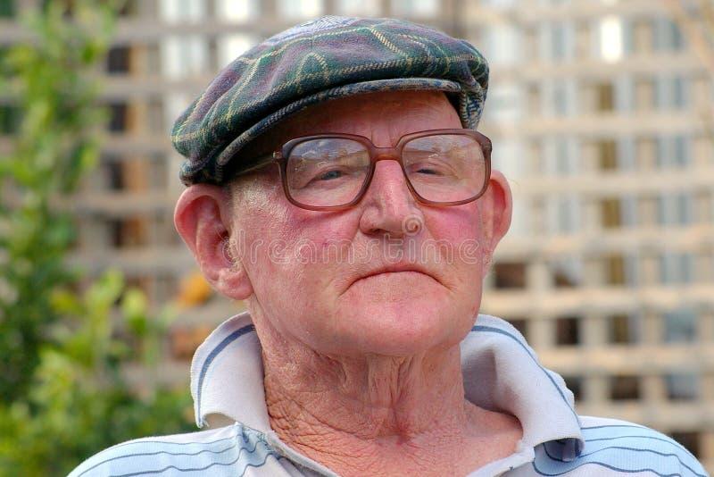 Pensamento do homem idoso fotografia de stock