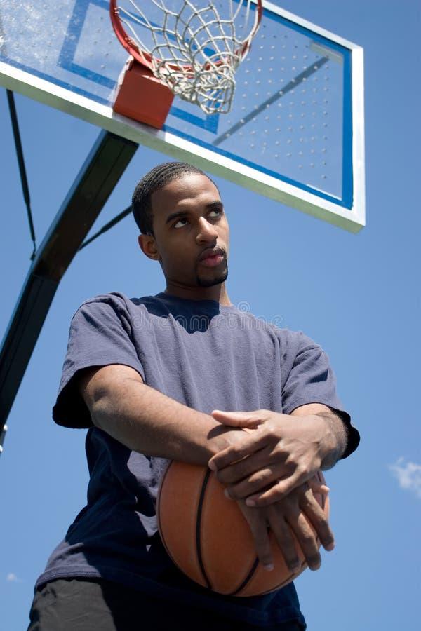 Pensamento do jogador de basquetebol foto de stock