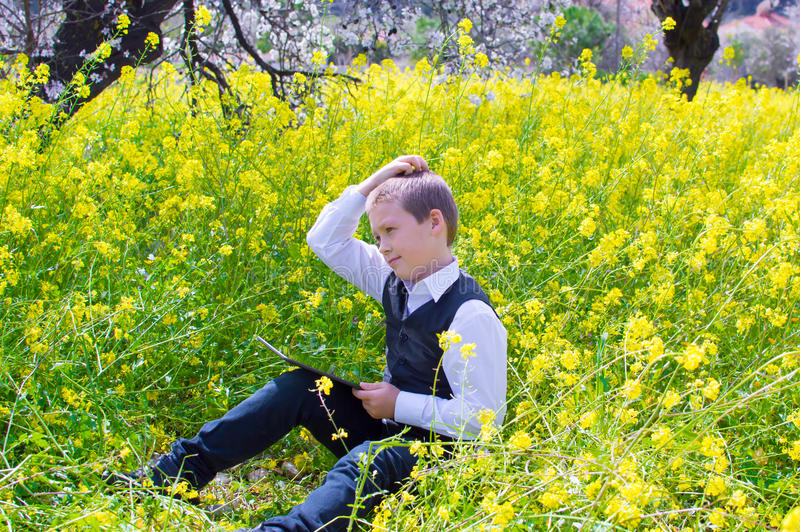Pensamento do menino imagens de stock royalty free
