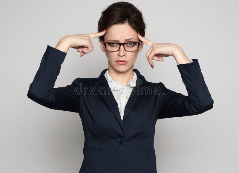 Pensamento duro da mulher de negócio Isolado imagens de stock royalty free