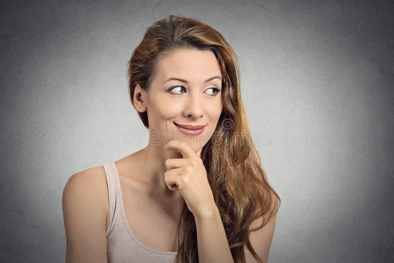 Pensamento feliz bonito da mulher da menina do retrato fotos de stock