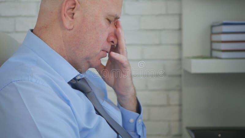 Pensamento preocupado da imagem de In Office Room do homem de negócios incomodado fotos de stock