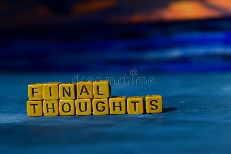 Pensamentos finais em blocos de madeira Imagem processada cruz com fundo do bokeh fotografia de stock royalty free