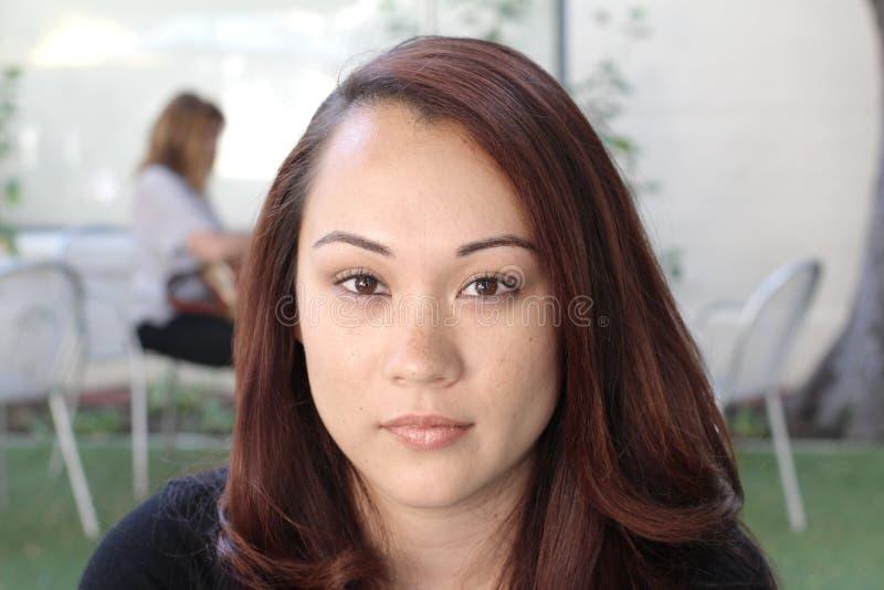 Pensamiento asiático joven hermoso de la mujer imágenes de archivo libres de regalías