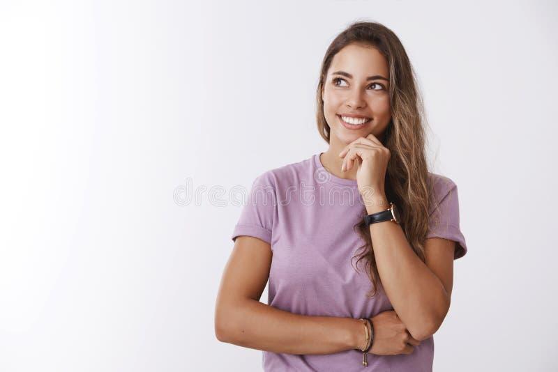 Pensamiento atractivo joven activado soñador creativo de la mujer qué regalo compra la reacción del amigo de la proyección de ima imagenes de archivo