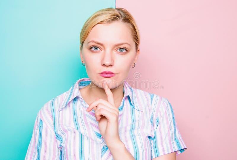 Pensamiento concentrado mujer de la barbilla del finger de la cara Tiempo de la necesidad para tomar la decisi?n Subido con idea  foto de archivo