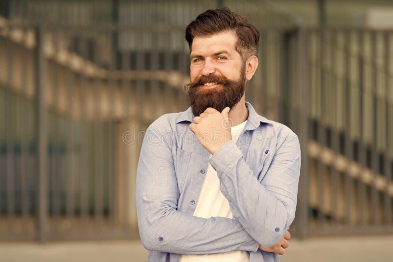 Pensamiento de hipster pensivo pensamientos agradables Antecedentes urbanos hipster barbudo Caminata regular en el centro de la c imágenes de archivo libres de regalías